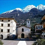 Blick von die Assenza Dorfplatz, in Hintergrund der Monte Baldo.