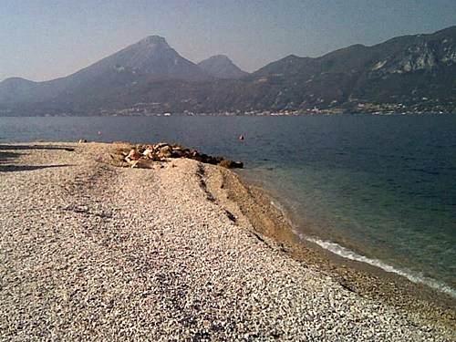 Schoene Strand am Gardasee im Brenzone. In der nähe von Agriturismo Gardasee Uliveta